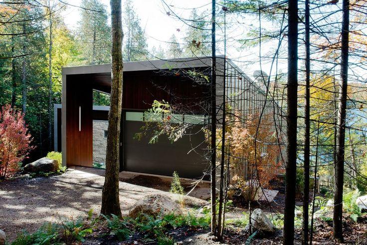 Harrington, Canadá. La casa se luce a orillas del lago Lake y ha sido creada por Eric J. Tremblay para el estudio Boom Town con la idea de ofrecer a sus habitantes una visión particular del entorno.