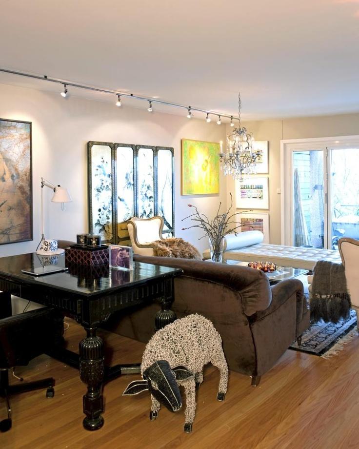 Møblementet i denne stuen er elegant, med et tydelig nostalgisk preg. Disse klassiske møblene er likevel kombinert med lyse vegger, og en moderne takbelysning, som letter litt på stemningen. En sau står til pynt på gulvet, og fungerer som en leken kontrast.