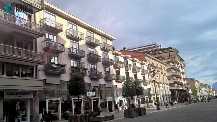 Appartamento zona centralissima uso ufficio (A/10) con doppio ingresso, composto da tre vani e servizio.