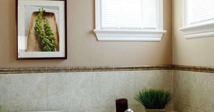 Cómo reparar una tina de plástico que está agrietada. Una grieta en la tina de plástico no sólo es fea, sino que puede vaciar el agua dentro de la estructura de tu casa. En lugar de llamar a un profesional, puedes arreglar las grietas tú mismo, sobre todo si son menores.