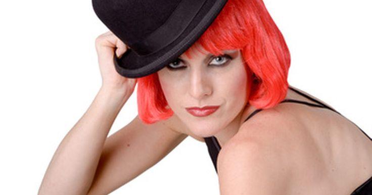 Ideias para fantasias no estilo Moulin Rouge. Moulin Rouge é o nome de um histórico cabaré onde foi originado o baile can-can, e também foi usado como o nome dado à vida no distrito da luz vermelha em Paris entre os anos 1890 e princípios de 1900. Fantasias do tema podem ser inspiradas nesta época ou baseadas no filme de 2001 de Baz Luhrmann, de mesmo nome. Uma festa com temática Moulin Rouge ...