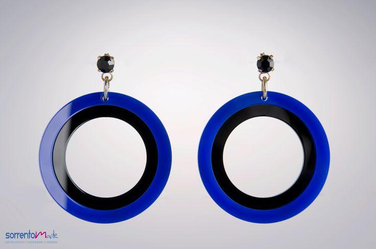 Due anelli di plexiglass colorato blu/nero per questi orecchini a cerchio dal gusto un po' anni 80. Spiritosi e raffinati al tempo stesso, adatti a tutte le occasioni