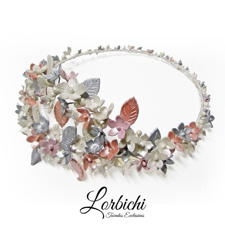 Corona de flores de porcelana en rosa palo, plata y blanco nacarado #tocado #tocadonovia #novia #lorbichinovias #lorbichi #flores #porcelana #porcelanafria #bridal