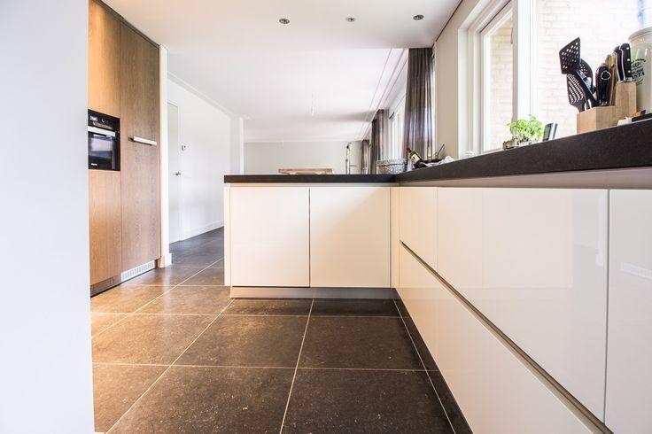 Belgisch Hardsteen Blauw Gezoet #kitchen #keuken #natuursteen #naturalstone #vloer #floor #flooring #tiles #tegels #fossiel #fossil #interieur #interior #interieurdesign #interiordesign