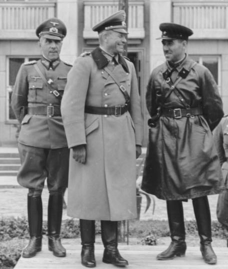 Parade conjointe de la Wehrmacht et de l'Armée rouge à Brest en septembre 1939. Au centre le major-général Heinz Guderian et à droite le brigadier Semyon Krivoshein.