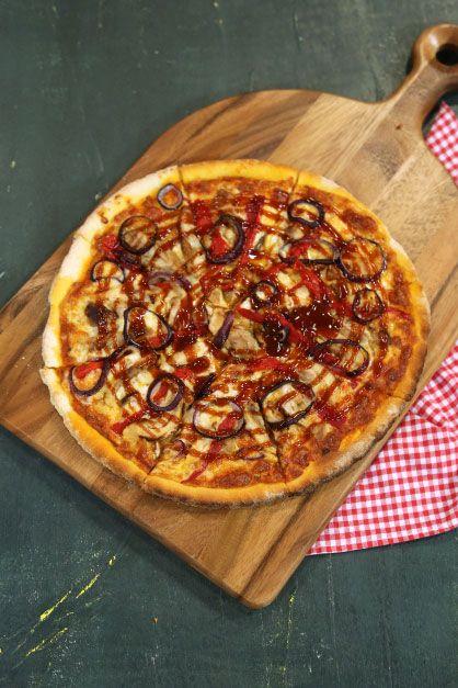 Tavuklu Barbekü Soslu Pizza Malzemeleri  Hamuru için Malzemeler 500 gr. un ¾ su bardağı mısır unu 3 – 4 tutam tuz 4 gr. yaş maya 1,5 su bardağı su 2 yemek kaşığı zeytinyağı  Sosu için Malzemeler 6 – 7 adet domates – rende 1 diş sarımsak 20 – 25 yaprak taze fesleğen 2 yemek kaşığı toz parmesan 3 – 4 dal taze kekik 1 yemek kaşığı toz şeker Tuz Karabiber Zeytinyağı  Üzeri için Malzemeler Mozarella peyniri 2 adet tavuk kemiksiz kalça but 1 adet közlenmiş kırmızıbiber 1 adet kırmızı soğan…