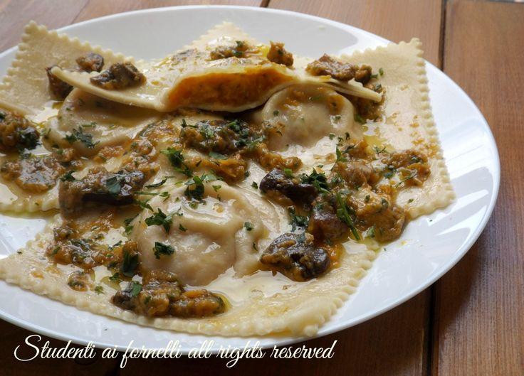 I ravioli di zucca e funghi porcini sono un primo piatto raffinato perfetto per la domenica, cene o pranzi con amici e parenti.