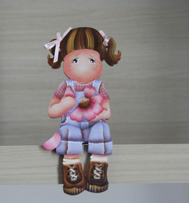 Linda peça em mdf, motivo menina com flor. <br>Ideal na decoração do quarto de menina.É também um presente original. <br>Faço também na cor de sua preferência.