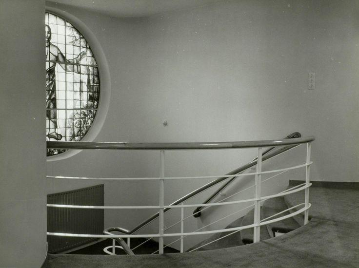 Nieuwe studio KRO radio omroep. Trappenhuis met gebrandschilderd glas-in-lood raam van Mengelberg. Hilversum. [1938]. Fotograaf: Wiel van der Randen