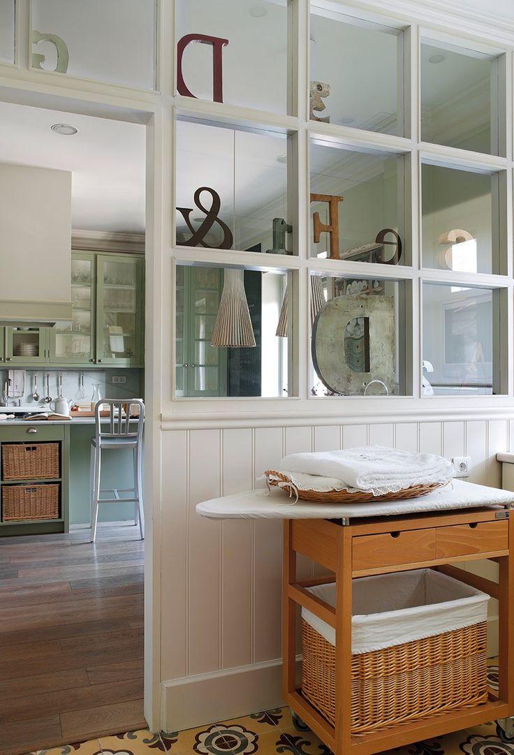 Suelo decorativo  El suelo de roble, de Shotten & Hansen, se combina con el mosaico hidráulico del lavadero y de la zona de trabajo de la co...