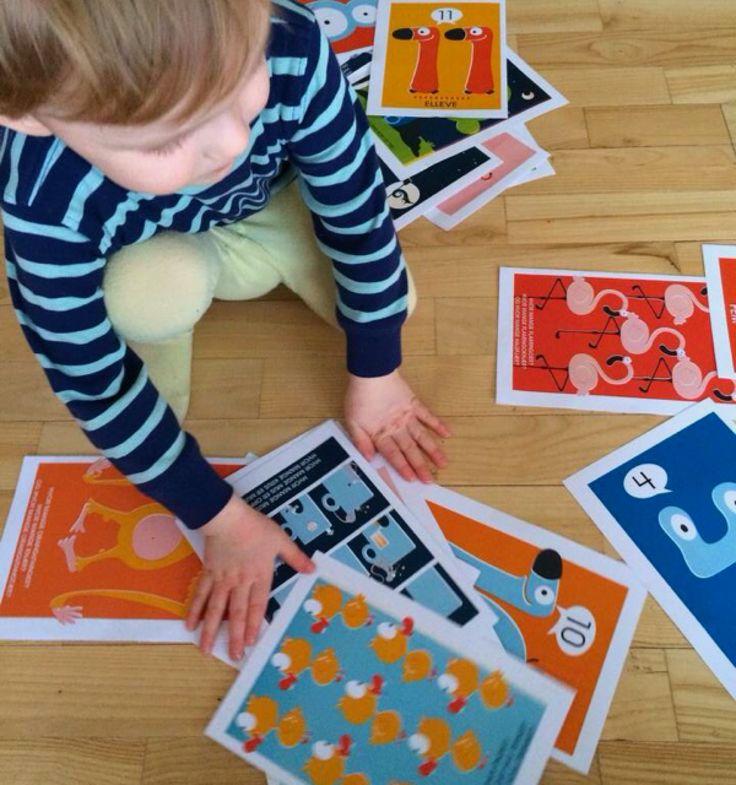 Inviter til en leken innføring i bokstavenes magiske univers med gøyale figurer og rim! I esken finner du 32 solide kort, som tar for seg tall og telling, oppmuntrer barnet til å kjenne tallene og huske mengder. På idékortet finner dere morsomme tall-leker som barnet vil elske! Kortene er deilige å ta i, trykket med vegetabilske farger, biologisk nedbrytbare, og store og gode med sin A5 størrelse.