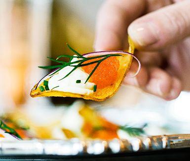 Löjligt enkelt, och löjligt gott. Vispa ihop en syrlig kräm på citron och crème fraiche, klicka på salta chips och toppa med lyxig löjrom.