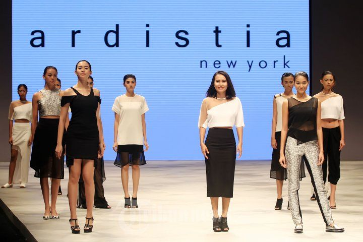 ARDISTIA - Para model saat mengenakan busana karya desainer Ardistia New York pada peragaan busana Indonesia Fashion Week (IFW) 2016 di Jakarta Convention Center (JCC), Senayan, Jakarta Pusat, Minggu (13/3/2016). Koleksi Ardistia dengan labelnya Ardistia New York yang mewakili masa depan atau The Age of Space. Masih dengan garis rancangan yang minimalis dan dekonstruktif, Disti, begitu sapaan akrabnya, menawarkan pilihan busana bagi wanita yang cerdas dan elegan. TRIBUNNEWS/JEPRIMA