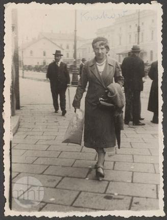 "Karola Karyłowska z d. Kosińska idąca ulicą, fotografia ""a la minute"" (1930-38)"