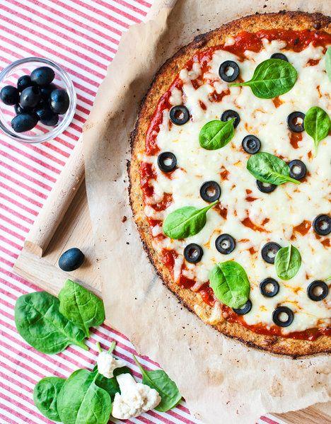 Květáková krusta na pizzu je hotová rychleji než klasické kynuté těsto. To se hodí, nemyslíte?; Greta Blumajerová