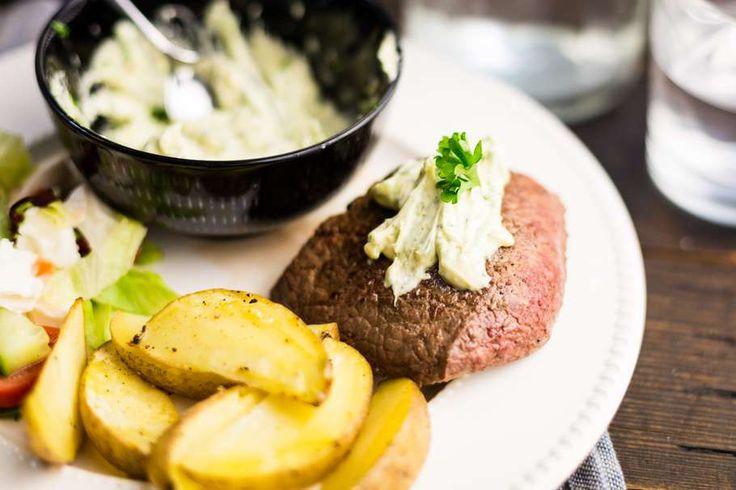 Recept voor biefstuk voor 4 personen. Met biefstuk, roomboter, aardappelen vastkokend, slamelange, tomaat, komkommer, mozzarella, bieslook, peterselie, knoflook en citroensap