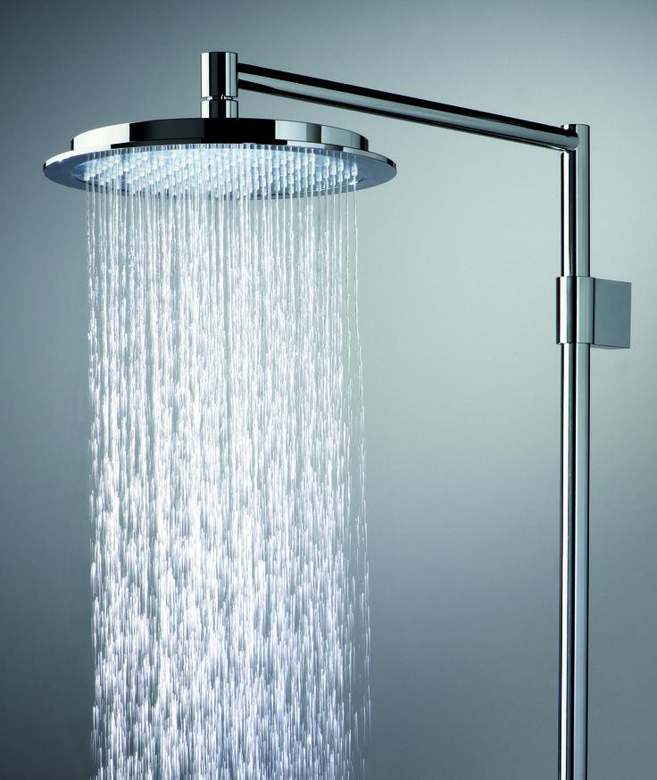 Oras Hydra suihkussa vesi pisaroituu - ollen kuin pehmeää, miellyttävää sadetta. Yläsuihkusetti Oras Hydra 392 kromi käsisuihkulla.