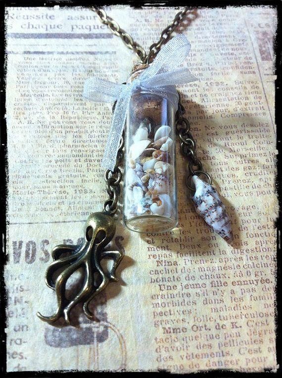 Collana con bottiglietta di vetro con conchiglie di ExaltedShop