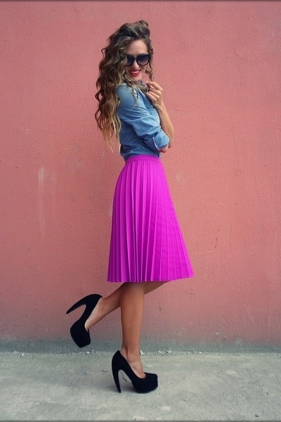 chambray + magentaFashion, Style, Colors, Chambray Shirts, Outfit, Denim Shirts, Black Heels, Bright Skirts, Pleated Skirts