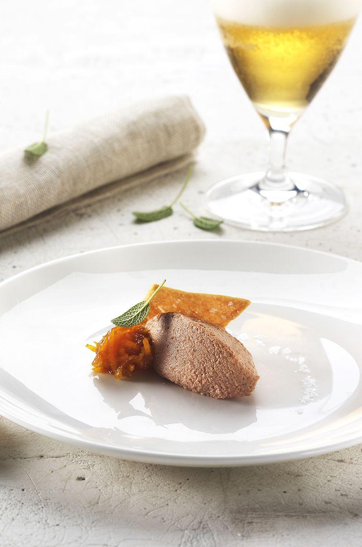 Paté di vitello, marmellata all'arancia e crackers all'olio extravergine di oliva. L'abbinamento è con una Pils dal finale secco e dall'aroma floreale, che mentre pulisce il palato, esalta i profumi del piatto. #birraiotadoro #abbinamenti #carne