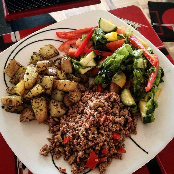 Almuerzo en 10 minutos 👌💪 Proteína:  Carne molida con cebolla, tomate, pimentón y SAZONADOR PARA POLLO PESCADO carbohidratos: Papás en cubitos salteadas con SAZONADOR RANCH Vegetales frescos.  Eso es todo. Fácil, saludable y delicioso #tomacol #tomacook #TuMejorVersion #MasNaturalMasPlacer #recetasfit #adelgaza #MasNaturalMasPlacer #VidaSana