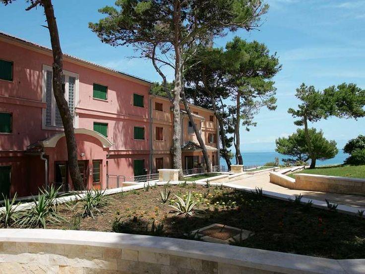 Appartementen Punta  Algemeen  Vitality Hotel Punta en appartementen liggen in het schilderachtige stadje Veli Lošinj en worden omgeven door een eeuwenoud dennenbos. Het complex ligt op slechts 50 meter van de zee en slechts 500 m van het centrum. Het hotel heeft een modern design en een luxe Wellness.  Vitality Hotel Punta en appartementen liggen in het schilderachtige stadje Veli Lošinj en worden omgeven door een eeuwenoud dennenbos. Het complex ligt op slechts 50 meter van de zee en…