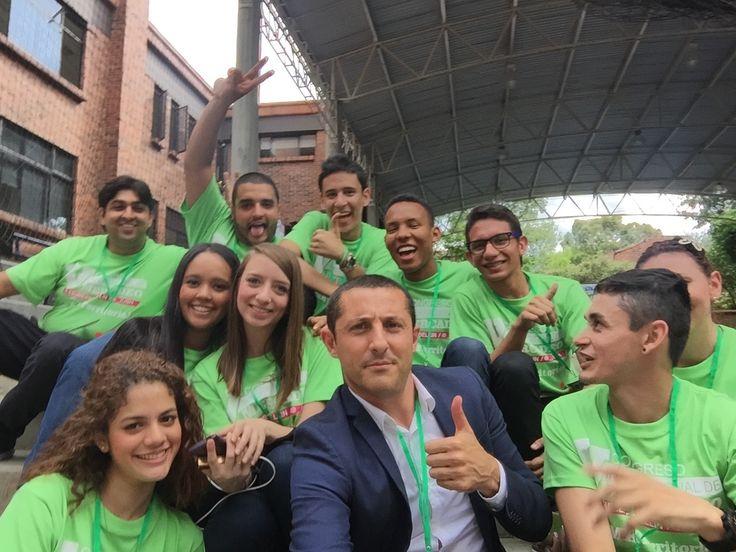 Selfie con los voluntarios de organización en el V Congreso Internacional Mercadeo sobre Marketing Territorial celebrado en Institución Universitaria Esumer Medellin