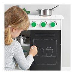 IKEA - NYBAKAD, Kuchnia do zabawy, , Zachęca do odgrywania scenek rozwijając u dzieci umiejętności społeczne poprzez naśladowanie dorosłych i wymyślanie swoich własnych ról.Mini kuchenka pozwala małych szefom kuchni puścić wodze wyobraźni i stworzyć mnóstwo pysznych, nowych dań.Kompaktowa, stabilna mini kuchenka z dwoma polami grzejnymi, zlewem i gałkami, które klikają przy przekręcaniu. Na garnki i przybory kuchenne, jest nawet szafka z przesuwanymi drzwiami, które służą dodatkowo jako…