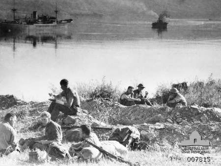 Troops on the shore of Suda Bay awaiting evacuation, April 1941.