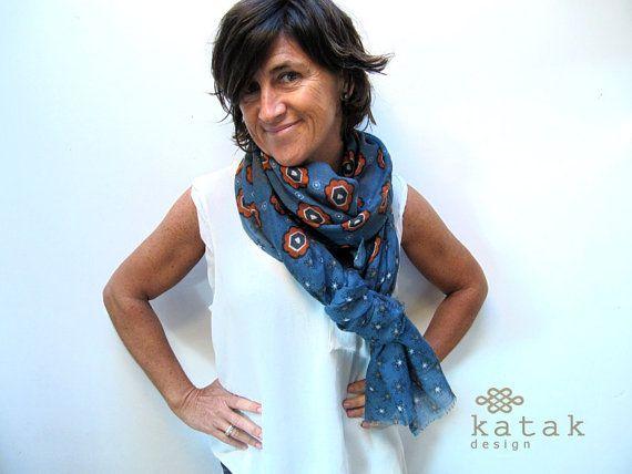 pañuelo estampado de lana y seda con diseño retro de flores en color azul y naranja