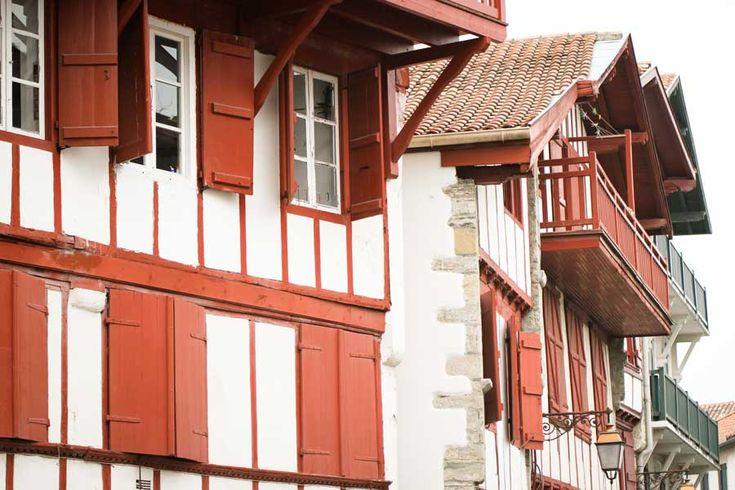 Des maisons basques à l'architecture traditionnelle à Ciboure. #Paysbasque #ciboure