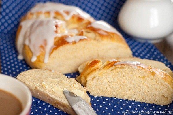 Ei, 500 g Mehl, 1 Hefewürfel, 60 g Butter, 100 g Zucker, 125 ml Sahne + 150 ml Milch, 1 Prise Salz  1- Mehl, Salz, Zucker, und Ei geben. 2- Hefe mit Sahne und Milch rühren und zu dem Mehl geben und rühren.  3- Den Teig wird schön klebrig und jetzt kommt die Butter in kleine Stückchen in den Teig rein. (weiter rühren bis sich der Teig ein Kugel formt).  4- Teig 1 Stunde gehen lassen; dann wie gewünscht formen und wieder 30 Minuten gehen lassen.