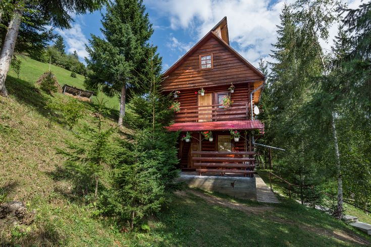 Cabana Dochita 2 se afla in comuna Ceahlau, judetul Neamt, la 2 km distanta de statiunea Durau. Are o capacitate maxima de cazare de 8 persoane si se inchiriaza numai integral. Este construita din lemn si piatra, avand doua niveluri locuibile: parter si etaj. Terenul aferent este de aproximativ 2 000