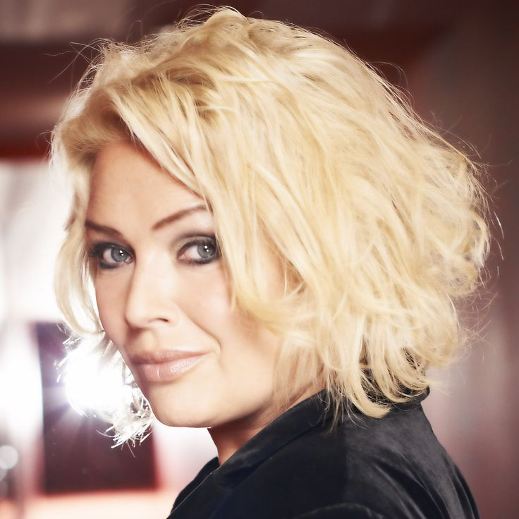 She supported Michael Jackson on tour, holds the record for being the most charted British solo female act of the 80s, and her sister Roxanne is a backing singer for Kylie. Kim Wilde chats to philmarriott.net about singing on public transport, giving advice to new musicians, and being in awe of Madonna and Lily Allen. #KimWilde #80s #Madonna #LilyAllen