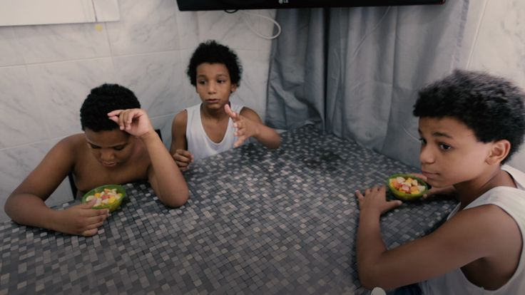 No Brasil, é comum os pais adotivos enfrentarem diversos dilemas éticos que não haviam previsto ao iniciar o processo. O primeiro é a questão da preferência racial. Além do racismo, existe alguma explicação razoável para que pais brancos especifiquem que somente desejam um filho branco, se sujeitando dessa forma a um tempo de espera muito mais prolongado, visto que a maioria das crianças elegíveis para adoção são negras?