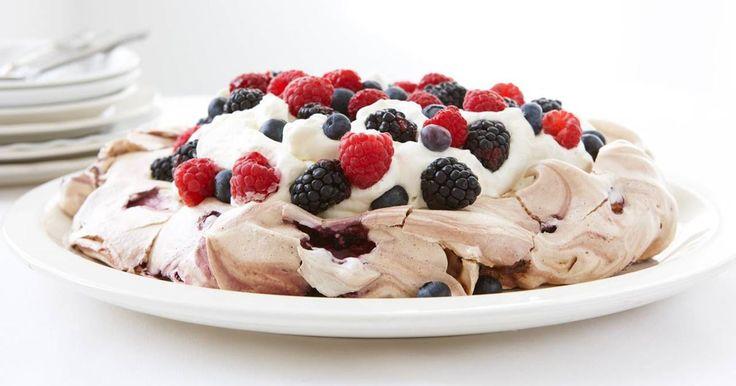 En makalös maräng med uppfriskande blåbär som blir lite seg inuti och frasig utanpå. Blåbärsmaräng är enkelt att göra och bjuda till dessert eller fest.