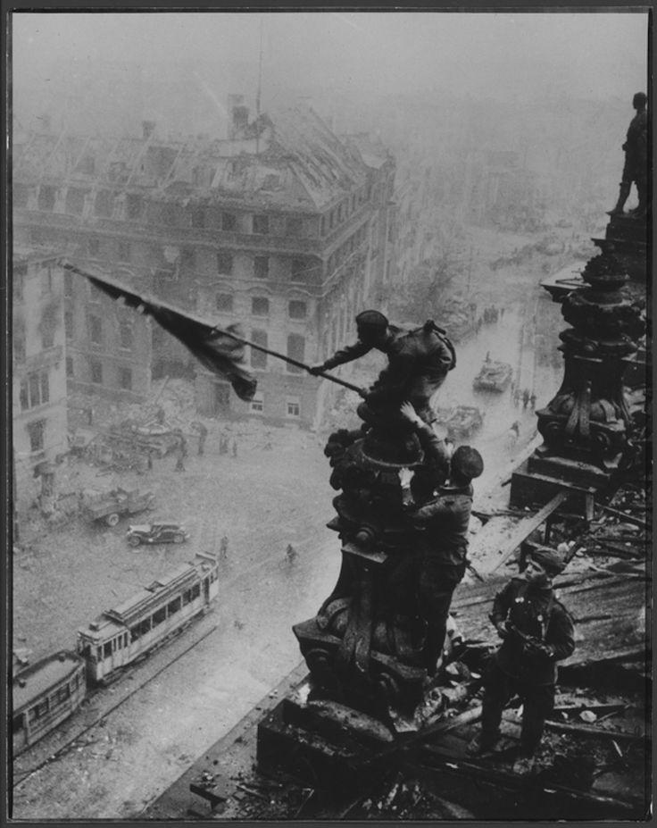 Evgueni Khaldei (1917-1997) La bandiera rossa sul Reichstag, Berlino, 2 maggio 1945) (ritoccata) © Khaldei / Corbis Il fotografo di guerra Evgueni Khaldei realizza il 2 maggio 1945 sul tetto del Reichstag una delle fotografie più note del XX secolo: la bandiera sovietica che sventola sulla città vinta.  http://www.ilpost.it/2011/05/09/foto-controverse-alinari/alinari6/