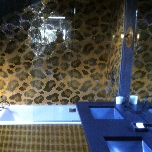 Cuarto de Baño customizado  con unos azulejos con diseño de leopardo... Increíble