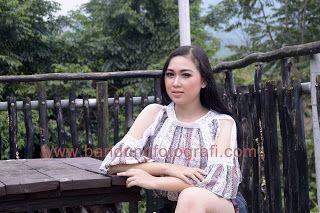 Model Bandung dalam sesi workshop fotografi Mahasiswa Univ Esa Unggul di lokasi kafe Detuik Bandung. #detuik #detuikcafe #bandungfotografi #jasafotobandung