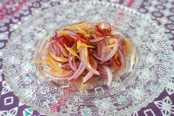 【5分で完成】ご飯が超絶すすむ、インドネシア版「食べるラー油」こと生サンバルを作ってみよう 食べ出すと止まらなくなる、ダイエット中にはちょっとキケンなご飯のおとも。納豆にたらこなど、みなさんにもとっておきの一品があるのではないでしょうか。  日本と同じ …