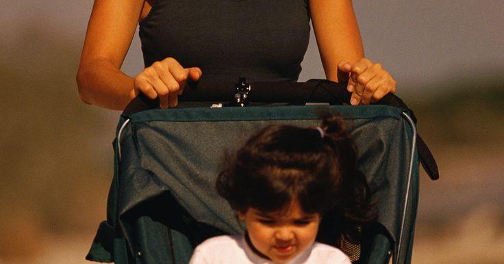 Cómo comprar un cochecito para niños grandes (bebés grandes, de cinco o incluso seis años). Los coches de niños no son sólo para infantes. Muchos padres de niños de edades de cinco o más grandes usan coches de niños como forma de controlar a sus hijos en lugares públicos. Para niños mayores, son recomendados los coches firmes con llantas inflables, absorbedoras de golpes y con suspensión que pueden acomodar niños que pesan 50 libras (23 ...