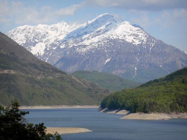 Le Lac du Sautet (Isère) Blotti dans un écrin de montagnes, à 765 mètres d'altitude, le lac du Sautet, d'une superficie de 350 hectares, est situé en contrebas du village de Corps. Baignade possible.