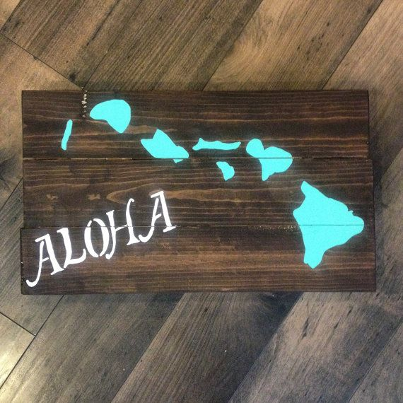 Distressed hand painted aloha hawaiian islands wood pallet wall art. This item can be made custom to your color and size. 12x16 This board