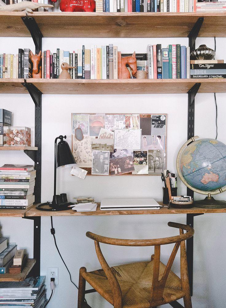 J'aime : le tableau rempli de cartes postales en face du bureau