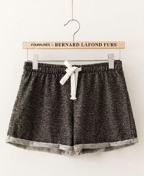 Shorts feminino de tecido com elástico na cintura