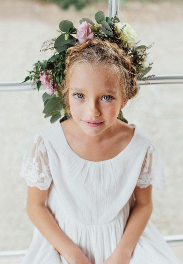 Robe Bohême chic Enfant pour mariage et cérémonie. Notre robe Manon Ivoire est en crêpe de coton et dentelle brodée. Elle peut s'accessoiriser avec une couronne de fleurs pour un look bohème et mariages champêtres.