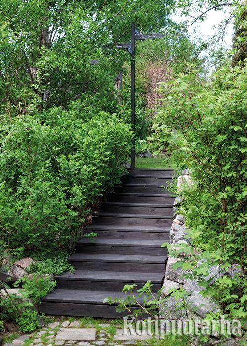 Portaiden vierustat on hyvä huolitella kasveilla tai kivillä, jolloin portaat istuvat paremmin ympäristöönsä. www.kotipuutarha.fi