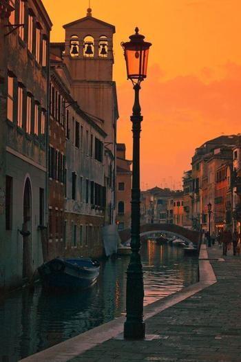 ヴェネツィアの街並みにはガス灯も灯っています。夕焼け空にガス灯が灯る風景は何百年も昔から変わらない景色でしょうね♪