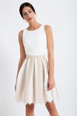 d98d0da63ab6 Αμάνικο φόρεμα κλος. Μονόχρωμο πάνω μέρος με οβάλ ντεκολτέ. Κλος κάτω μέρος  με πιέτες σε δίχρωμη δαντέλα. 100% polyester .