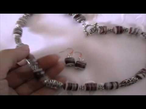 Bijuterii handmade - Set colier si cercei din margele de sticla albe cu dungi rosu-gri - http://videos.silverjewelry.be/sets/bijuterii-handmade-set-colier-si-cercei-din-margele-de-sticla-albe-cu-dungi-rosu-gri/